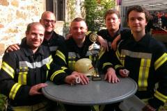 Freude über den ersten Pokal bei einem CTIF-Wettbewerb.