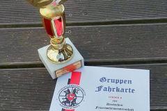 """Pokal und \""""Fahrkarte\"""" zur Deutschen Meisterschaft 2016."""