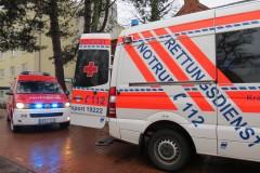 Fahrzeuge von Feuerwehr und Rettungsdienst beim zweiten Alarm an der Einsatzstelle.