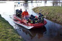 Das gekenterte Kanu wurde von der Feuerwehr gesichert und wird beim Verdener -Motorboot-Verein an Land gebracht.