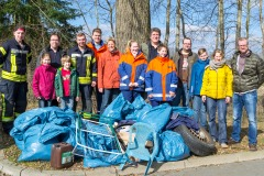 Die Teilnehmer des Frühjahrsputzes mit ihrer Beute sowie Ortsbürgermeisterin Jutta Sodys (Mitte).