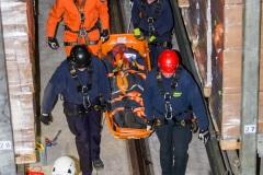 Die verletzte Person wird aus dem Hochregallager gebracht (BLG LOGISTICS).
