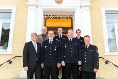 Bürgermeister Lutz Brockmann (links) sowie Stadtbrandmeister Peter Schmidt (rechts) mit den neu vereidigten sowie verabschiedeten Führungskräften.