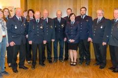 Die beförderten und geehrten mit Ortsbürgermeisterin Anja König (links), Ortsbrandmeister Frank Gundlack sowie Stadtbrandmeister Peter Schmidt (rechts).