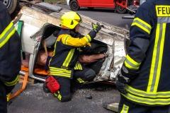Unter Anleitung eines Fachausbilders für Verkehrsunfallrettung wurde der Praxisteil durchgeführt.
