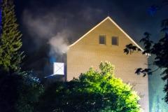 Dichter Rauch sowie Feuerschein waren aus der Brandwohnung sichtbar.