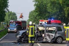 Der Rettungshubschrauber landet auf der Autobahnbrücke hinter der Unfallstelle.
