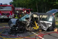 Der PKW wurde bei dem Unfall stark zerstört, das linke Vorderrad wurde sogar herausgerissen.