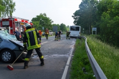 Aufräumarbeiten an der Unfallstelle, ein riesiges Trümmerfeld mussten die Feuerwehrkräfte beseitigen.