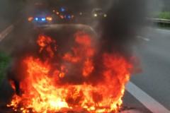 Der brennende PKW kurz nach dem Eintreffen der Feuerwehr.