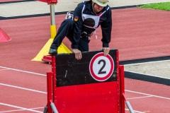 Beim Staffellauf muss unter anderem eine Hinderniswand überwunden werden.