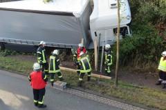 Arbeiten zur Sicherung des Unfallfahrzeuges.