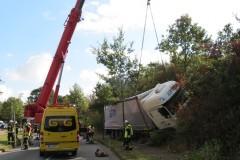 Bergung des Unfallfahrzeuges mittels Kran.