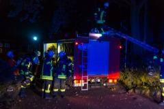 Feuerwehrleute rüsten sich mit Atemschutz aus.