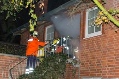 Atemschutztrupp betritt zur Menschenrettung das verrauchte Wohngebäude.