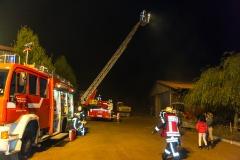 Die Drehleiter wird zur Brandbekämpfung in Stellung gebracht.