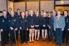 Die beförderten, geehrten und übergetretenen Feuerwehrfrauen und -männer zusammen mit Stadtbrandmeister Peter Schmidt (links) sowie Bürgermeister Lutz Brockmann, Ortsbürgermeisterin Jutta Sodass und Ortsbrandmeister Peter Schmidt (rechts).