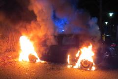 Der PKW auf dem Parkplatz des Krankenhauses brennt in voller Ausdehnung.