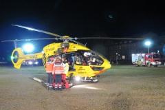 Der Rettungshubschrauber ist auf dem ausgeleuchtetem Warwickplatz gelandet.