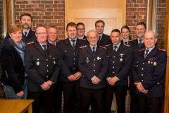 Die beförderten, geehrten und neu gewählten Feuerwehrfrauen und -männer zusammen mit Stadtbrandmeister Peter Schmidt (2. v.l.) sowie Ortsratsfrau Sabine Patzer-Janßen (links).