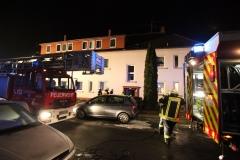 Einsatzfahrzeuge und Einsatzkräfte der Feuerwehr vor dem Objekt.