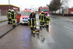 Einsatzkräfte der Feuerwehr Verden streuen die Kraftstoffspur im Bereich der Max-Planck-Straße ab.