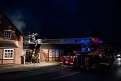Mehrere Personen wurden über die Drehleiter sowie tragbare Leitern gerettet.