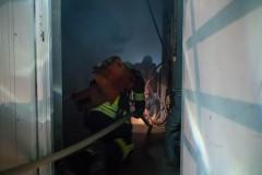 Ein Feuerwehrleute unter Atemschutz betreten das vollkommen verrauchte Gebäude.