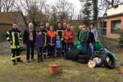 Die Teilnehmer des Dauelser Frühjahrsputzes mit der Beute.