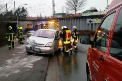 Einsatzkräfte der Feuerwehr streuen nach dem Verkehrsunfall auslaufende Betriebsstoffe ab.
