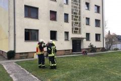 Einsatzkräfte vor dem Gebäude.