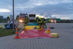 Einsatzkräfte beim Aufbau der Dekontaminationsstrecke zur Reinigung eingesetzter Chemikalienschutzanzüge.