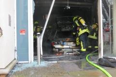 Ablöschen des brennenden PKW im Eingangsbereich des Rathauses.