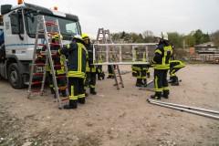 Aufbau der Rettungsplattform an einem LKW.