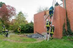 Menschenrettung über eine tragbare Leiter.