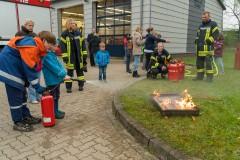 Spielerisch werden die Kinder an die Arbeit der Feuerwehr herangeführt.