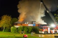 Da ein Innenangriff nicht mehr möglich war, gingen die Kräfte von außen unter anderem über drei Drehleitern gegen den Brand vor.