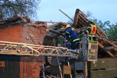 Der THW ESS-Trupp (Einsatzstelle-Sicherungssystem) bringt Punkte zur Überwachung des einsturzgefährdeten Gebäudes an.