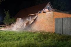 Neben dem Entfernen größerer Trümmerteile riss der Bagger auch mit größter Vorsicht stehengebliebene, aber stark einsturzgefährdete Gebäudeteile ein.