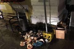 In der Großen Straße im Bereich des Rathauses brannte eine Mülltonne und Unrat.