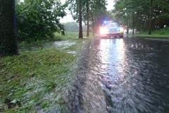 Graben an der Max-Plank-Straße laufen über und überfluten die Straße.