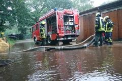 Ein Pferdestall lief bei Alarmierung der Feuerwehr bereits voll mit Wasser, auch hier konnte durch den schnellen Einsatz von Pumpen größer Schaden verhindert werden.