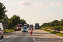 Rettungskräfte auf Anfahrt, während der Rettung- und Bergungsarbeiten wurde die Autobahn in Richtung Hannover voll gesperrt.