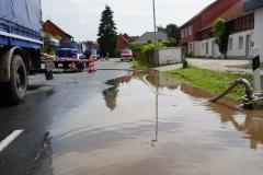 Am Donnerstagmorgen zeigten die getroffenen Maßnahmen Wirkung - der Wasserpegel im Ort sank deutlich.