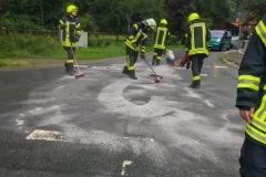 Ausbringen von Ölbindemittel in der Straße Neumühlen.