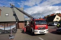 Mit Hilfe der Drehleiter wurden die vom Sturm gelösten Dachteile entfernt.