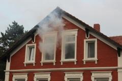 Rauch dringt aus dem Obergeschoff des fiktiven Behördengebäudes am Burgberg. (KFV Verden/Dathe)