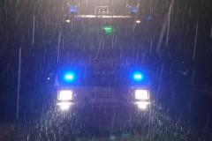Einsatzfahrzeug im Regen am Saumurplatzegen.