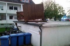 In der Allerstraße riss der Sturm ein Vordach los und wehte es auf eine Garage.