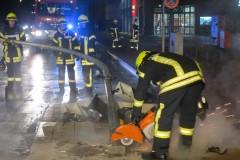Auch ein Trennschneidgerät kam zum Einsatz um das Verkehrshindernis zu beseitigen.